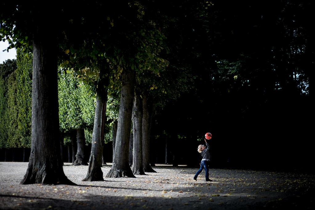 Photographe Paris - People of Paris - Château de Versailles - Garçon jouant au ballon