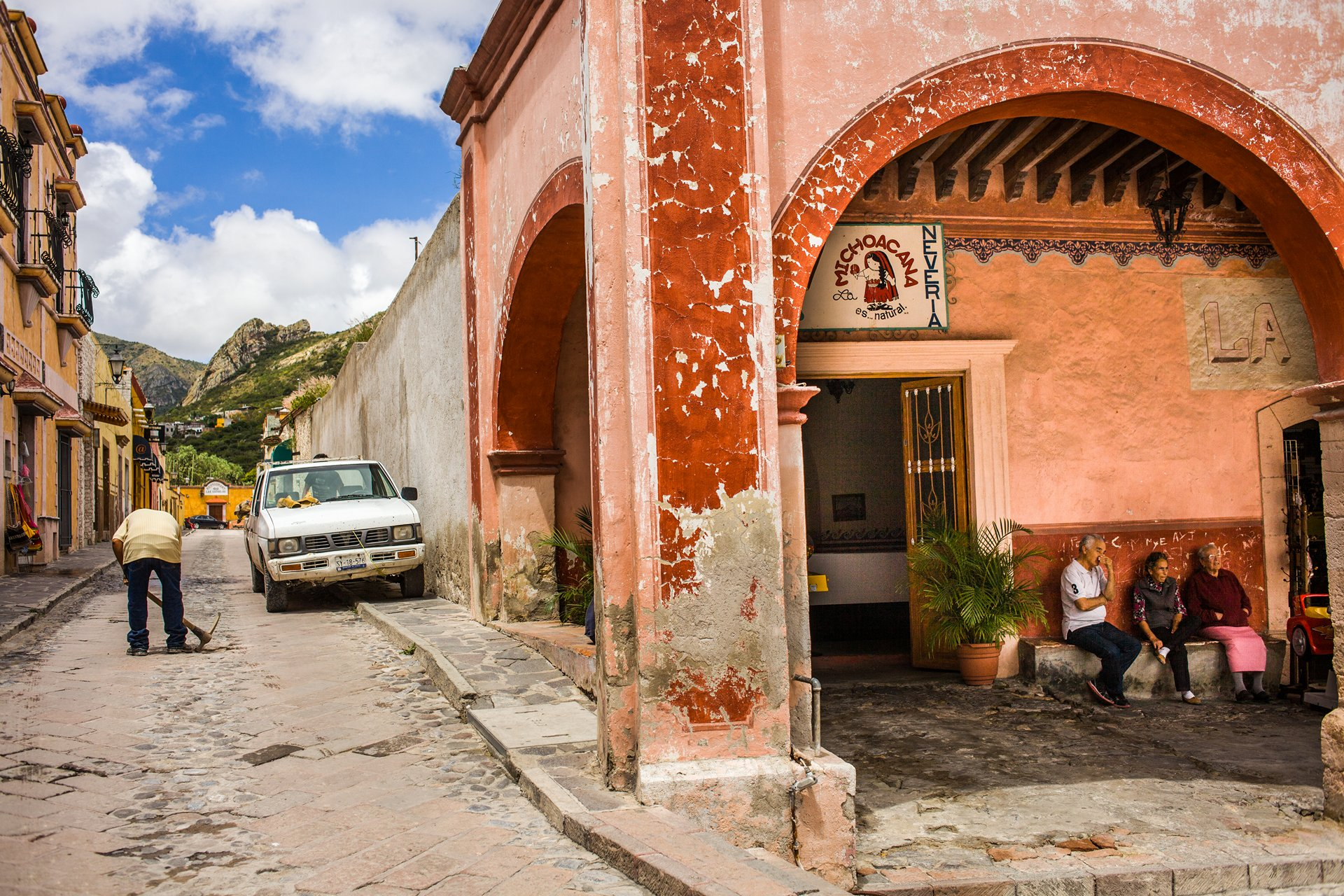 Photographer Paris - Travel Mexico - Pena de Bernal - Worker and old people