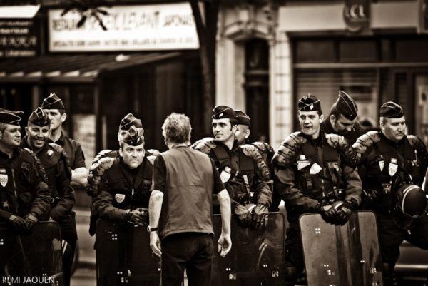 Photographe Paris - Serie people of Paris - Premier mai - Seul contre tous