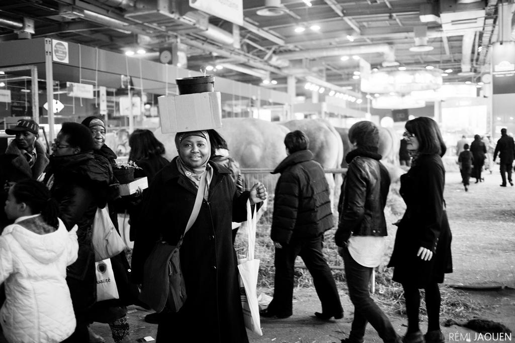 Photographe Paris - Serie People of Paris - Salon de l'agriculture - Porter des cartons
