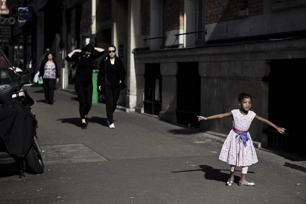 Photographe Paris - People of Paris - Rue de la Roquette - Fillette qui danse